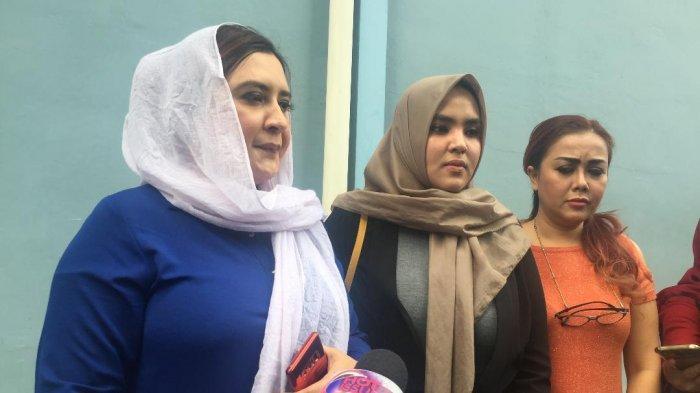 Fadia dan Rani, kakak dari Fairuz A. Rafiq saat ditemui di kawasan Tendean, Jakarta Selatan, Kamis (8/7/2019).