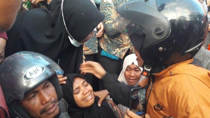 Kakak korban tewas mahasiswa UHO Kendari menangis histeris mengetahui adiknya sudah meninggal dunia dalam aksi unjuk rasa menolak UU KPK (KOMPAS.COM/KIKI ANDI PATI)