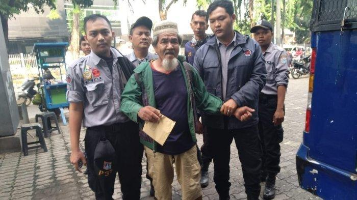 Petugas P3S menjangkau pengemis yang memiliki uang Rp 194 juta bernama Muklis (37) di Kebayoran Lama, Jakarta Selatan pada Jumat (29/11/2019)