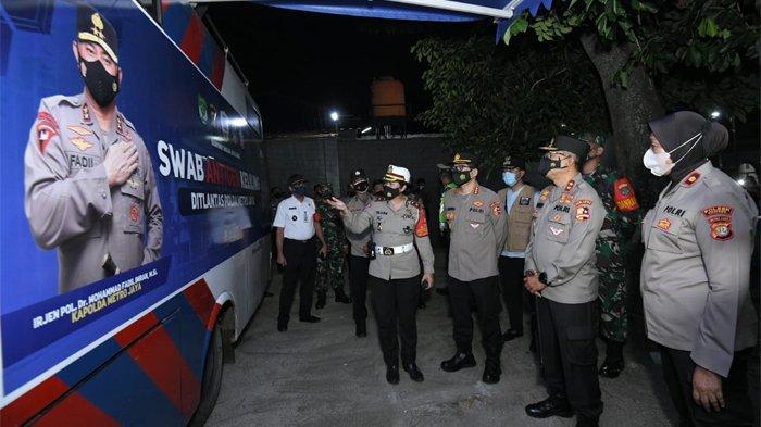 Kakorlantas Polri Irjen Pol Istiono meninjau check point PPKM Mikro di Kelurahan Cilangkap, Cipayung, Jakarta Timur, Sabtu (12/6/2021) malam. Seperti diketahui dalam rangka menekan penularan Covid-19 Polri menyulap mobil SIM keliling menjadi mobil swab antigen keliling.