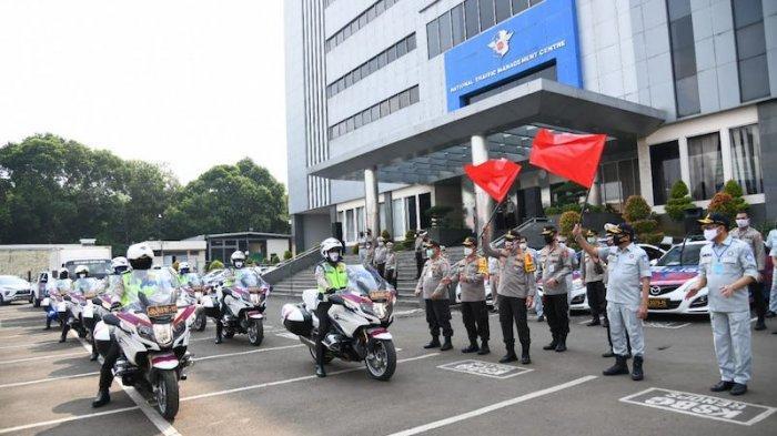Libatkan Polwan, Korlantas Serahkan 1.750 Paket Sembako