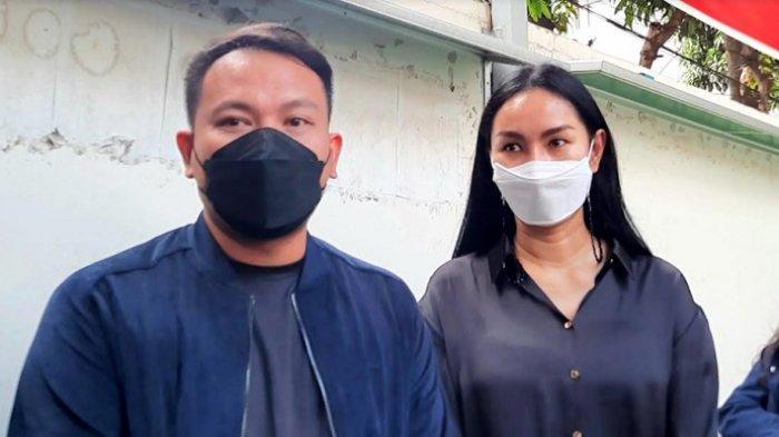 Kalina Oktarani ketika ditemui bersama Vicky Prasetyo di Pengadilan Negeri Jakarta Selatan, Kamis (17/6/2021).