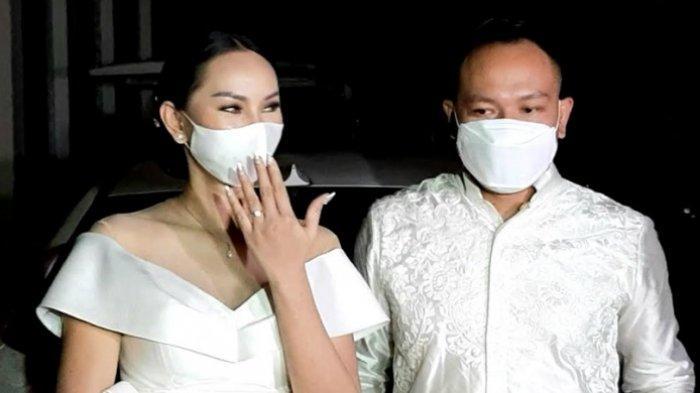 Kalina Oktarani dan Vicky Prasetyo ditemui usai acara lamaran di perumahan Kemang Pratama Regensi, Bekasi, Jawa Barat, Minggu (24/1/2021) sore.