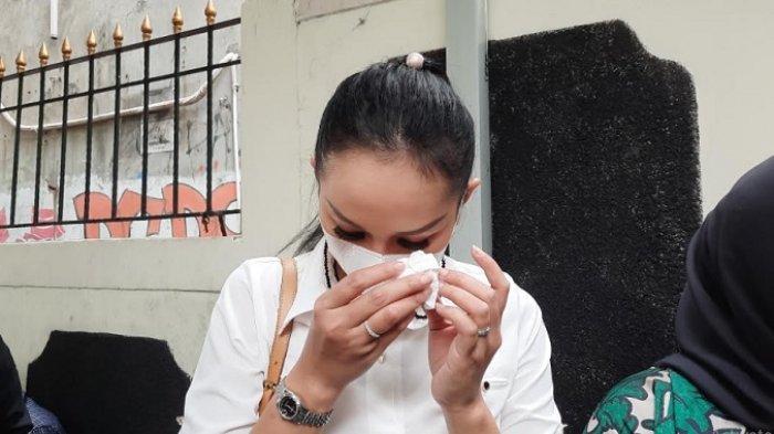 Kalina Oktarani menangis usai pembacaan tuntutan Vicky Prasetyo di Pengadilan Negeri Jakarta Selatan, Kamis (1/7/2021).
