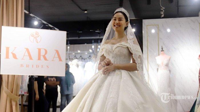 Kalina Oktarani saat fitting gaun pengantin di Jakarta, Senin (8/3/2021). Gaun pengantin yang beratnya mencapai 20 kilogram dan seharga ratusan juta rupiah itu akan dipakai Kalina saat acara pernikahannya dengan Vicky Prasetyo. Tribunnews/Herudin