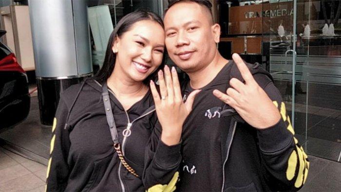 Kalina Oktarani memamerkan cincin yang diberikan anak Vicky, yang bernama Benzema. Tak hanya memberi cincin, Benzema memintanya jadi ibu.