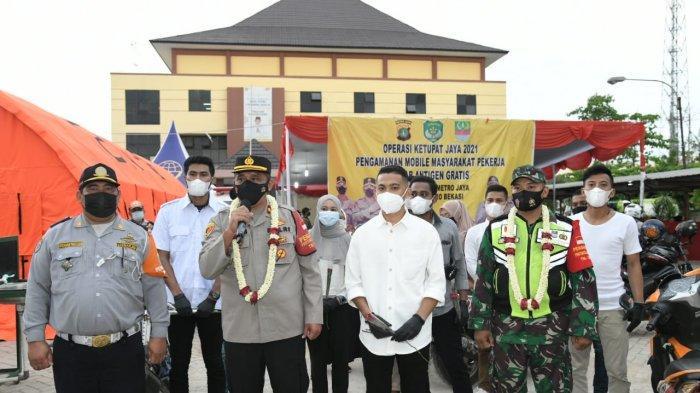 Kalungkan Bunga, Mahasiswa Apresiasi Petugas Penyekatan Mudik di Cikarang Utara