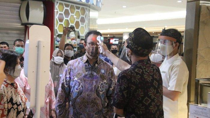Kamis (11/6) petang, Gubernur DKI Jakarta Anies Baswedan meninjau Emporium Pluit Mall, Jakarta Utara guna melihat simulasi kesiapan pusat perbelanjaan yang dijadwalkan buka pada 15 Juni 2020 mendatang./dok. Pemprov DKI