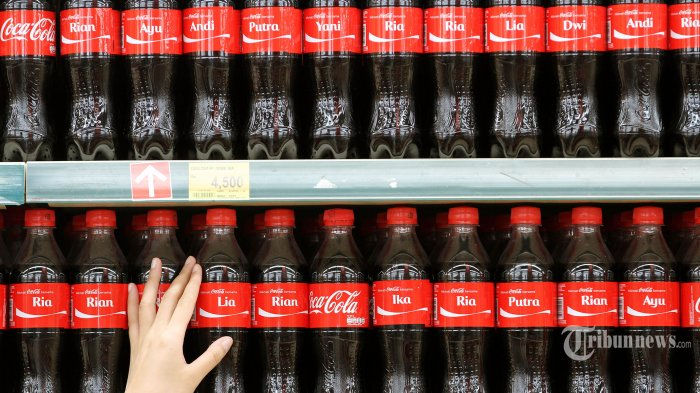 Pengunjung memilih botol Coca-Cola yang sesuai dengan namanya di sebuah pusat perbelanjaan di Jakarta Selatan, Senin (10/8/2015). Coca-Cola mengkampanyekan