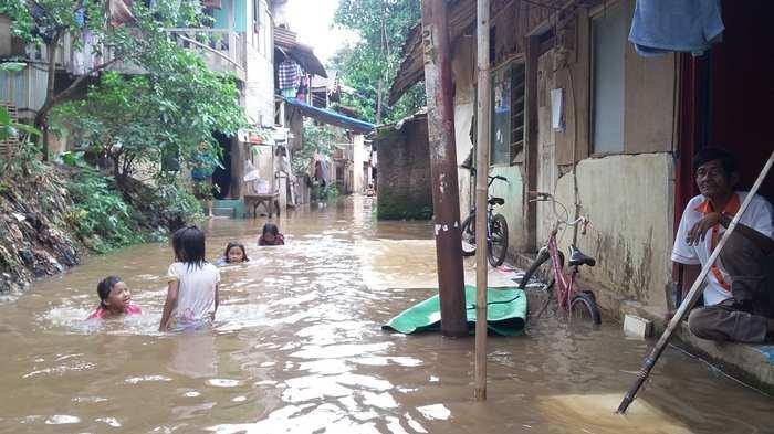 Kampung Arus di Jakarta Timur Dilanda Banjir, Warga Siap Mengungsi