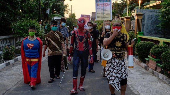 Warga Kampung Larangan, Gayam, Sukoharjo melakukan sosialisasi soal virus corona dan kentongan dengan menggunakan kostum Superhero (Dokumentasi Pribadi Agus Widanarko).
