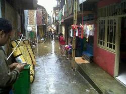 Banjir Surut, Warga Kampung Pulo Singkirkan Lumpur