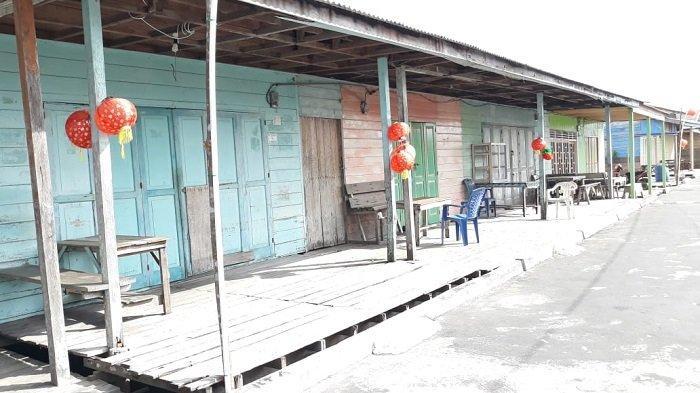 Beberapa rumah warga di Kampung Tua Penagi, Natuna yang tertutup rapat