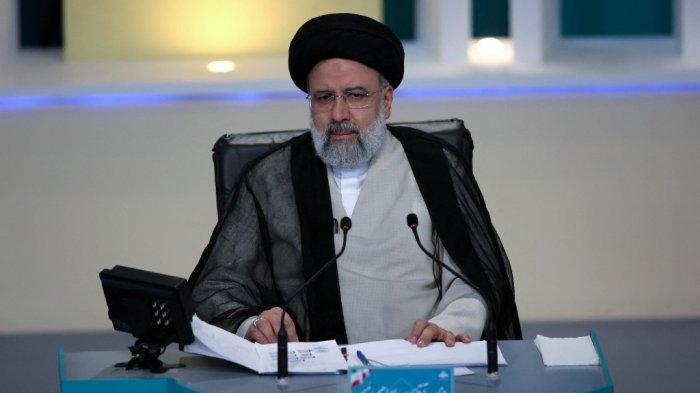 Foto selebaran ini dibagikan oleh Klub Jurnalis Muda Iran (YJC) menunjukkan kandidat presiden Iran Ebrahim Raisi, selama debat ketiga yang disiarkan televisi menjelang pemilihan 18 Juni, di studio televisi Negara Iran di Teheran pada 12 Juni 2021.