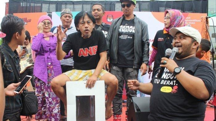 Kang Mus menguji kekuatan kotak suara di acara kampanye melawan hoaks yang diselenggarakan KPU Jabar di car free day, Jalan Ir H Djuanda (Dago), Minggu (27/1/2019).