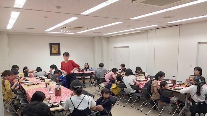 Suasana lokasi kantin Kodomo Shokudo yang memberikan makanan gratis kepada anak-anak, sementara orang dewasa bayar 300 yen.