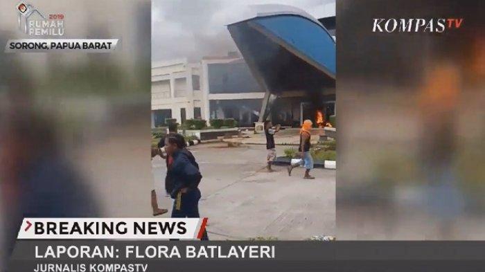 Kantor DPRD Kota Sorong, Papua Barat dibakar pendemo, Senin (19/8/2019) sore WIT.