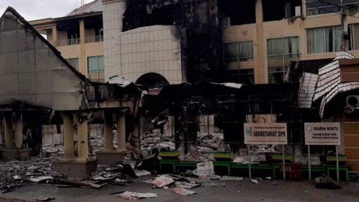 Kantor DPRD Papua Barat pasca-dibakar massa pada Senin (18/8/2019). KOMPAS.com/BUDY SETIAWAN