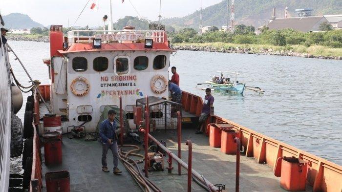 Bakamla Amankan 107 Ton Minyak Ilegal di Pulau Condong yang Diangkut Kapal Empat Saudara
