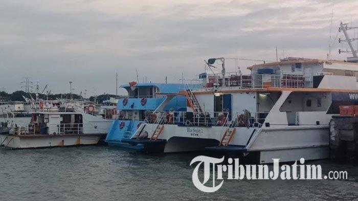 Kapal Natuna Express, Express Bahari, dan Blue Sea Jet bersandar di Pelabuhan Gresik akibat cuaca buruk, Jumat (7/6/2019).