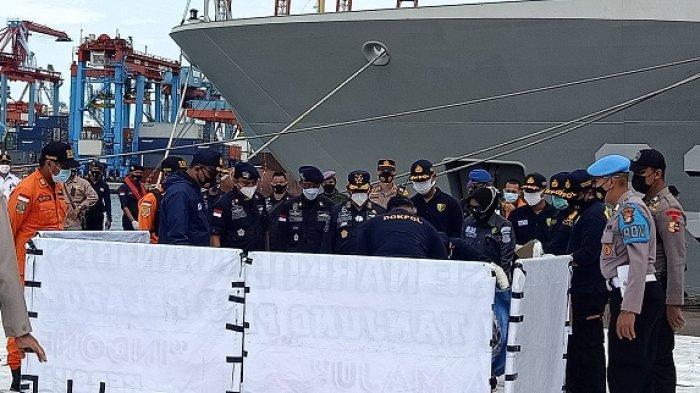 Kapal Negara Alugara membawa 2 kantung berisikan serpihan pesawat dan baju yang diduga kuat milik penumpang pesawat Sriwijaya Air SJ-182, Selasa (12/1/2021).