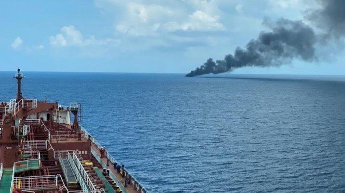 Kapal Master (MT) Queen Majesty menyelamatkan 16 awak kapal nelayan yang mengalami kebakaran di Laut Jawa, Bangka Belitung, Kamis (15/4/2021).