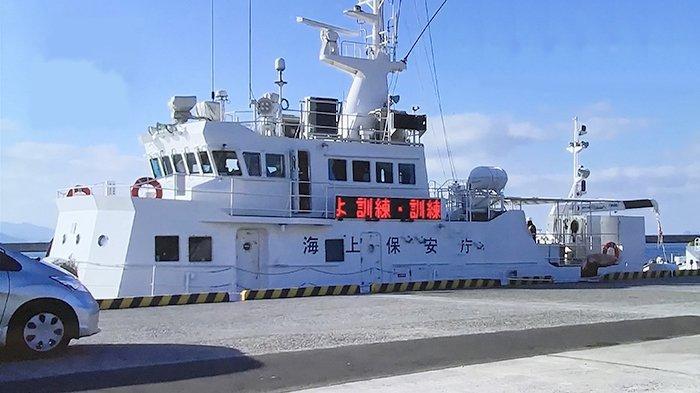 Kapal laut Pasukan Penjaga Pantai Jepang (JCG) sedang memindahkan box bantuan makanan minuman bagi para korban dalam latihan, Selasa (19/1/2021).