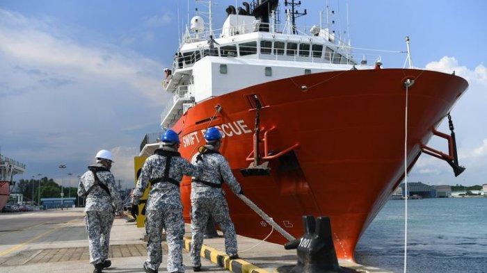 Kapal penyelamat kapal selam milik Singapura MV Swift Rescue. Menteri Pertahanan Singapura Ng Eng Hen menulis di Facebook bahwa kapal MV Swift Rescue dikerahkan pada Rabu (21/4/2021) untuk membantu pencarian kapal selam KRI Nanggala-402.