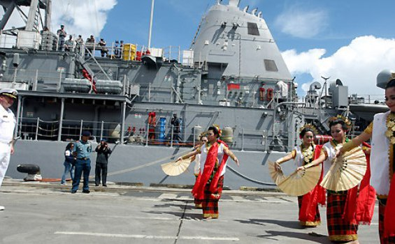 Mudik Gratis Pengendara Motor dengan Kapal Perang