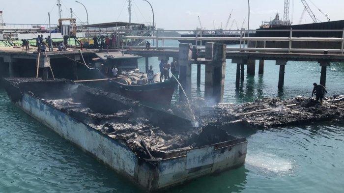 2 ABK Terjun ke Laut Saat Api Membakar 4 Kapal Sitaan Bea Cukai Batam di Batuaji