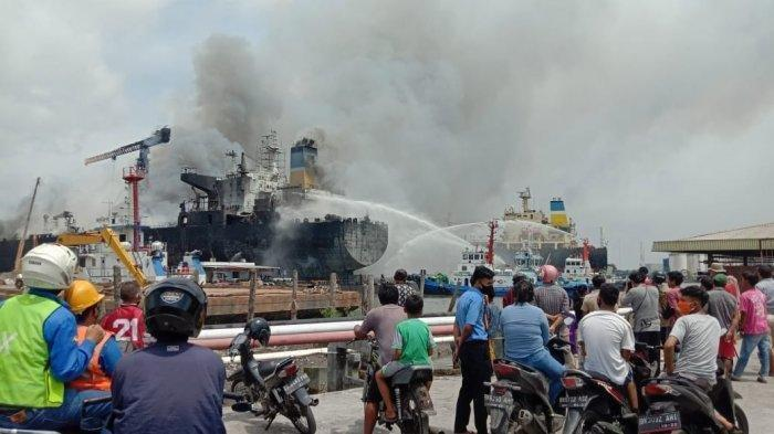 Kebakaran Hebat, Sudah 4 Jam Api di Kapal Tanker Waruna Belum Padam Juga