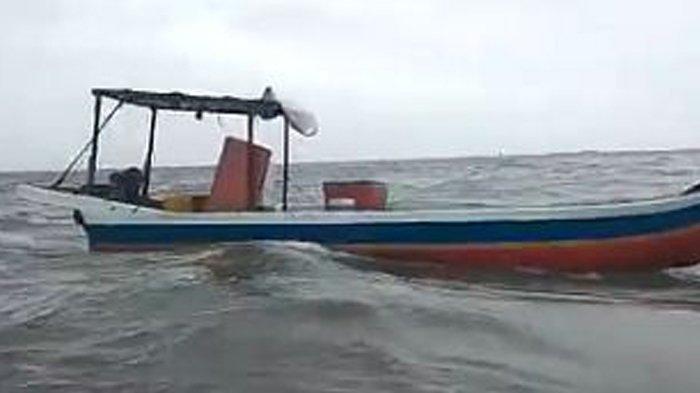 Viral Sebuah Kapal Kecil Berlayar tanpa Orang dalam Kondisi Mesin Hidup, Nelayannya Jatuh ke Laut