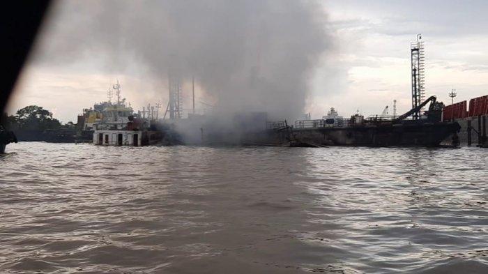 Kapal yang Berada di Kawasan Pulau Atas Samarinda Terbakar