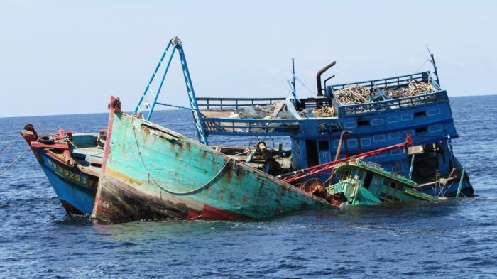 Penenggelaman dua kapal asing asal Vietnam, KM Sinar 228 dan KM Sinar 533 oleh Polda Kalbar di perairan Pulau Datu, Mempawah, Selasa (5/4/2016) tepat pukul 10.00 WIB