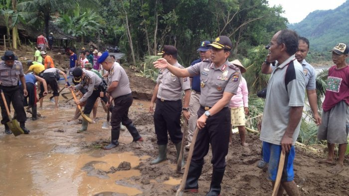 Kapolda DIY Membaur Bersama Warga Bantul Ikut Mencangkul Lumpur di Lokasi Banjir