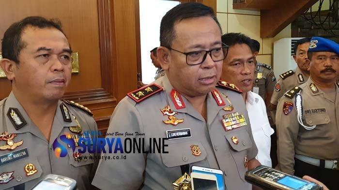 Kapolda Jatim, Irjen Pol Luki Hermawan, saat memberikan 5 daftar inisial artis yang diduga terlibat prostitusi artis, Kamis (10/1/2019)