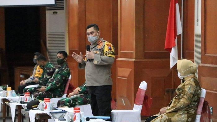 Kapolda Jatim Irjen Pol M Fadil Imran menegur dan mengusir Kapolsek Gubeng Kompol Naufil yang tidur saat mengikuti rapat koordinasi soal PSBB Surabaya