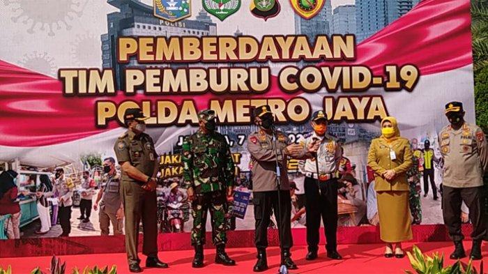 Kapolda Metro Jaya Irjen Pol Fadil Imran (tengah) saat menerjunkan tim pemburu Covid-19 PMJ, Senin (7/6/2021).