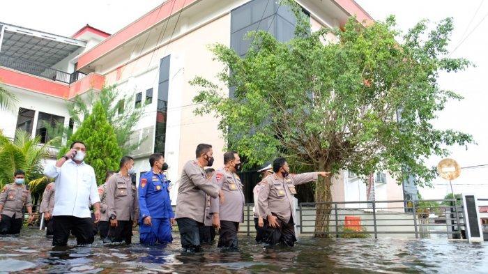 Naik Perahu Karet dan Jalan Kaki, Kapolda Kalsel Tinjau Banjir di Aspol Bina Brata Banjarmasin