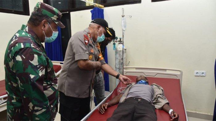 Kapolda Papua Irjen Pol Paulus Waterpauw dan Pangdam XVII Cenderawasih Mayjen Herman Asaribab saat menjenguk anggota Polisi yang ditembak di Mamveramo Raya, di RS Bhayangkara Kotaraja.