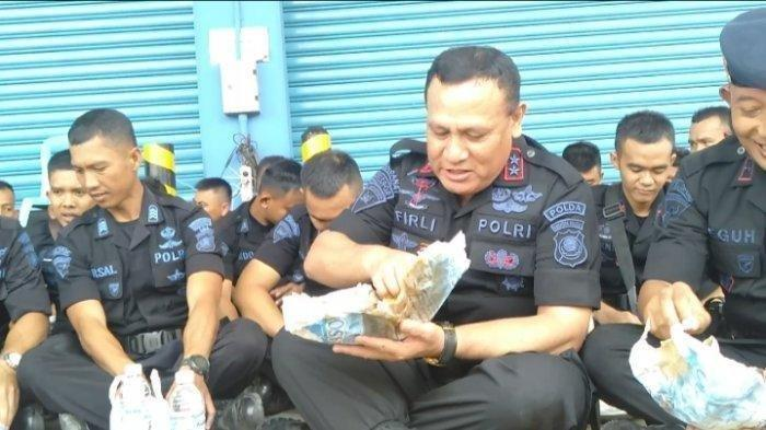 Kapolda Sumsel Irjen Firli Bahuri makan siang bersama personel Brimob yang akan berangkat ke Papua, Jumat (30/8/2019).