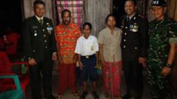 Kapolda NTT Janjikan Bedah Rumah Johny Kala, Siswa SMP Pemanjat Tiang Bendera di Belu