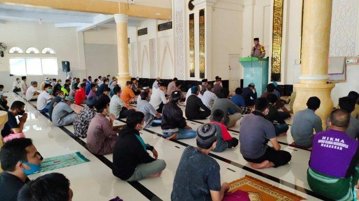 Selain Kontrol Protokol Kesehatan, Kapolres Enrekang Syiar Ramadan di Masjid Al-Ikhwan Sudu