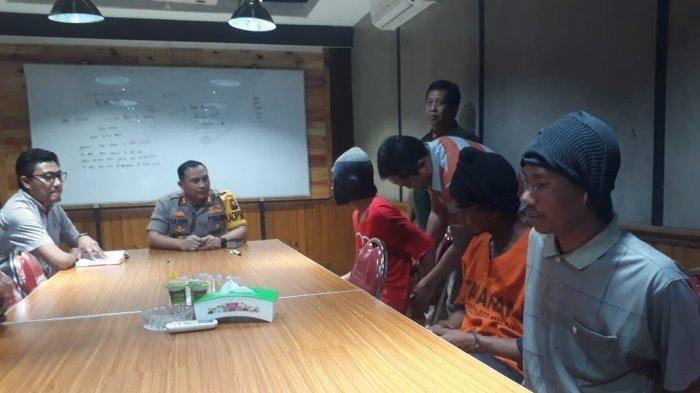 Kapolres Malang AKBP Yade Setiawan Ujung saat mengintrogasi tersangka ZA dan Ahmad (22) serta kakaknya Rozikin (25) pelaku begal, Selasa (10/9/2019).