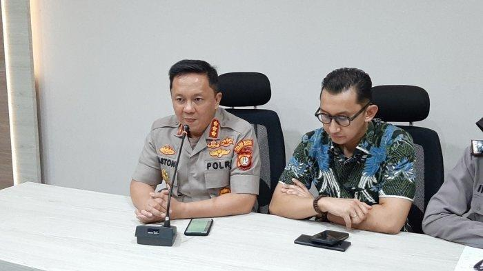 Kapolres Metro Jakarta Selatan Kombes Bastoni Purnama (kiri) menggelar jumpa pers terkait persekusi terhadao anggota Banser NU di Mapolres Metro Jakarta Selatan, Kebayoran Baru, Rabu (11/12/2019).