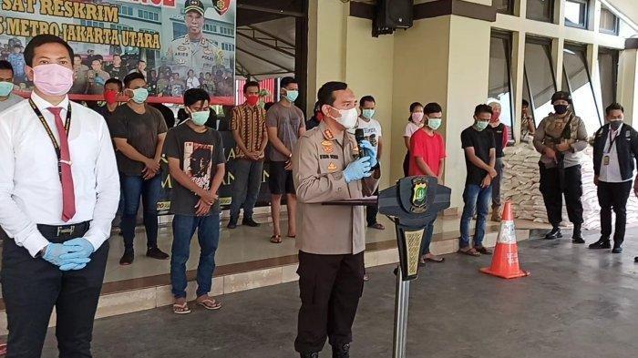 Kapolres Metro Jakarta Utara Kombes Budhi Herdi Susianto memberikan keterangan terkait penerapan pembatasan sosial berskala besar (PSBB) terkait pencegahan virus corona atau Covid-19, Senin (6/4/2020).