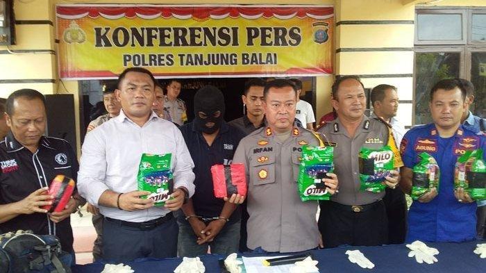 Kapolres Tanjungbalai, AKBP Irfan Rifai beserta pejabat Polres Tanjungbalai menunjukkan barang bukti sabusabu yang sudah terbungkus di Mapolres Tanjungbalai, Kamis (25/7/2019). Tribun Medan/Mustaqim