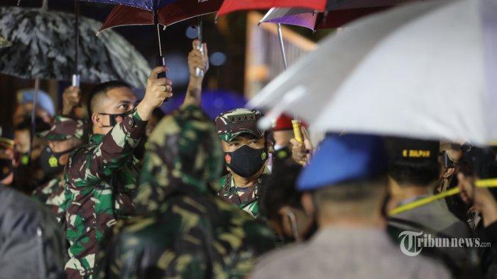 Kapolri Jenderal Polisi Listyo Sigit Prabowo dan Panglima TNI Marsekal TNI Hadi Tjahjanto memberi keterangan pers usai melakukan tinjauan lokasi ledakan bom bunuh diri di Gereja Katedral, Jalan Kajaolalido, Kecamatan Ujung Pandang, Kota Makassar, Sulawesi Selatan, Minggu (28/3/2021) malam. Dalam keterangan pers tersebut, Kapolri mengungkapkan, terduga pelaku bom bunuh diri ini pernah melaksanakan operasi di Jolo, Philipina, yang merupakan bagian dari kelompok Jemaah Ansarut Daulah (JAD) yang diamankan beberapa waktu lalu. Hingga saat ini aparat terus melakukan pengembangan. Tribun Timur/Sanovra Jr