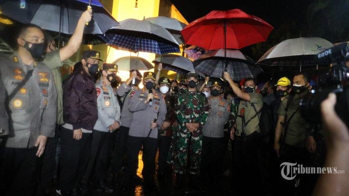 Kapolri Jenderal Polisi Listyo Sigit Prabowo dan Panglima TNI Marsekal TNI Hadi Tjahjanto memberi keterangan pers usai melakukan tinjauan lokasi ledakan bom bunuh diri di Gereja Katedral, Jalan Kajaolalido, Kecamatan Ujung Pandang, Kota Makassar, Sulawesi Selatan, Minggu (28/3/2021) malam.
