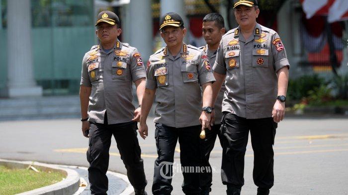 KAPOLRI DATANG KE ISTANA KEPRESIDENAN--Kapolri Jenderal Pol Tito Karnavian (no2 kiri) bersama rombongan  berjalan memasuki Kompleks Istana Kepresidenan di Jakarta, Senin (21/10/2019). Kapolri datang menghadap Presiden Joko Widodo untuk melaporkan situasi kamtibmas terkini dan upaya pengamanan ke depannya